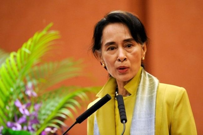 Myanmar's Suu Kyi in pitch to foreign investors after Obama lifts sanctions