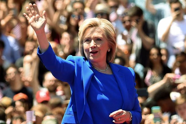Clinton Campaign Ramps Up Chase for Republican Votes After Trump Stumbles