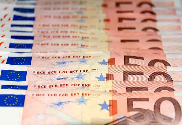 Euro Pares Losses, Stocks Gain as Italy Absorbed in '3 Minutes'