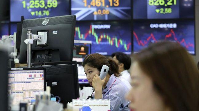 Asian shares, oil fall as U.S.-China trade spat escalates