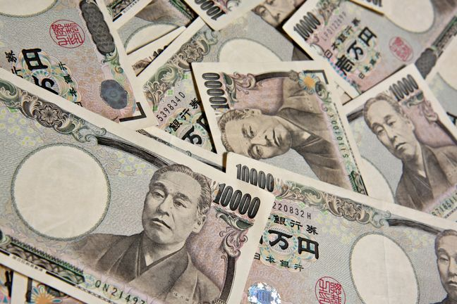 Yen keeps distance from one-month low after Kuroda comments, Aussie gains