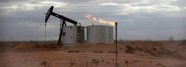Oil Extends Losses as Stockpiles Rise Amid Weakening Demand