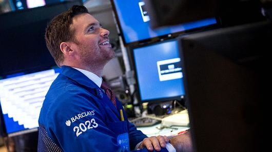 U.S. Stock Futures Climb on Earnings, Geopolitics