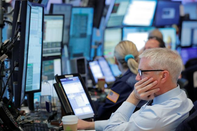 U.S. Stocks Start May Lower, With Eyes on Apple